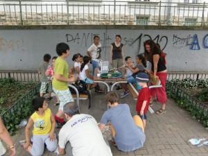 Kinder mit FAIR-PLAY MitarbeiterInnen